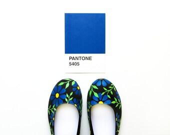 Ballet Flats, colorful shoes, fall fashion, colorful flowers, floral print, floral print shoes, womens shoes, black flats, blue floral print
