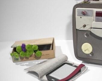 Eco wool felt case for ebook readers beige with burgundy elastic