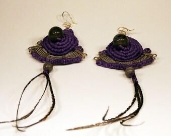 Purple macrame earrings with Labradorite stones and feathers; Purple macrame earrings with labradorite stones and feathers
