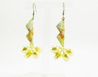 Bijou en origami. Boucles d'oreilles en origami Crab & Cluster Pearls fond jaune et blanc fleuri avec grappe de perles. Fait-main.