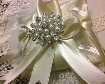 Ring pillow damask with gold lurex with jeweled brooch