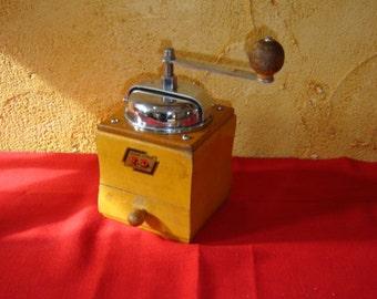 Joli moulin à café de marque I.D. Acier forgé. Old coffee grinder. Wood and iron. Vintage . France