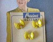 VINTAGE 1940s Buttons Prevue Cute Yellow Bow on original Card x 5