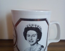 Vintage 1977 queen elizabeth II silver jubilee commerative 1952-1977 mugs british royal family collectables