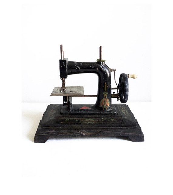 Machine coudre ancienne jouet ancien couture machine art for Machine a coudre jouet