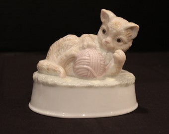 """Vintage Porcelain Cat Playing with Yarn, String, Music Box, Musical Figurine, Summit Collection, Plays, """"True Love"""" (F045)"""