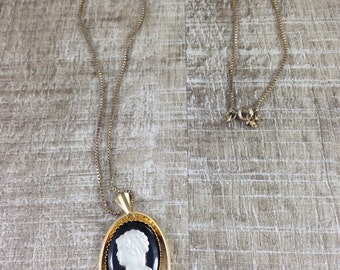 Gorgeous Vintage Estate Gold Tone Black Cab Cameo Oval Pendant Necklace