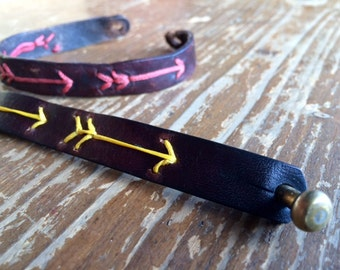 Leather bracelet decorated with yellow arrows