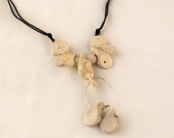 chaine en céramique composée de différente couleurs de perles