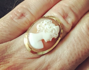 Antique Carved Shell and 18kt Yellow Gold Cameo Ring