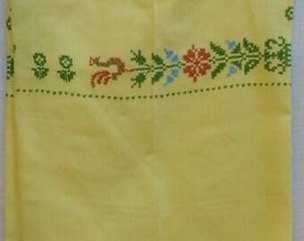 E Vintage YELLOW TABLECLOTH w Needle Point Design, linen