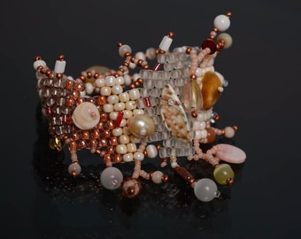 Beaded bracelet with seashells in marine style