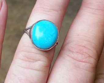 The bluest blue smooth cabochon single turquoise colored howlite stone and sterling silver pretty ladies ring.