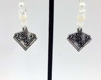 1 Pair - Chicago White Sox Theme Dangle Beaded Earrings Brass Ear wire Kidney Style EAR0064