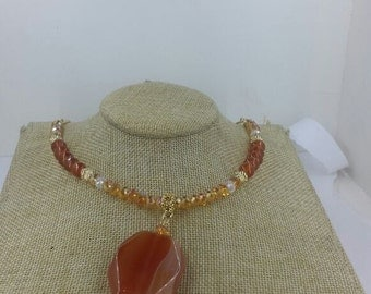 Necklace details in gold, stone and glass plate Orange