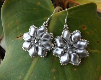 "Flower Earrings with Swarovski pearls ""Nuggets"" color ""black pearl"""