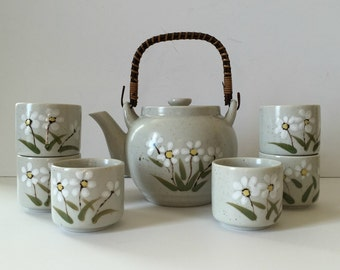 vintage daisy pattern Otagiri stoneware teapot with six cups - bamboo handle- Japan - original box