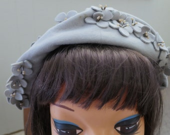Adorable 1940s Gray Felt Hat - One Size Fits All - Flowers & Pearls