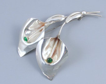 Large vintage Retro Moderne sterling silver green rhinestone calla lily brooch pin