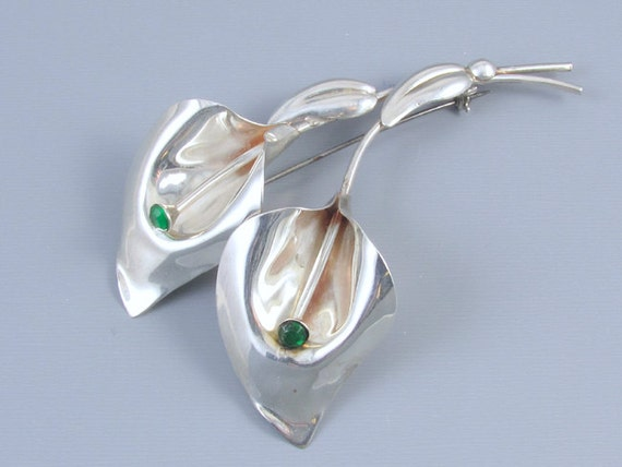 Large vintage Retro Moderne sterling silver green rhinestone calla lily brooch pin