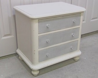 Shabby Cottage Style Thomasville 3-Drawer Nightstand - Chic NS102 Chippy Farmhouse Style