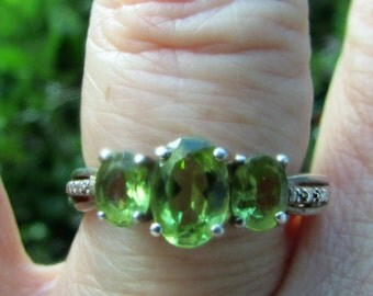 Lovely 3 Stone PERIDOT Green Semi Precious Sterling Silver RING Size 8