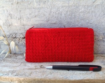 Red pencil case in cotton yarn. Crocheted case with zipper modern rustic style
