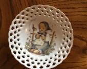 HUMMEL Vintage PORCELAIN open lace Trinket DISH  er liebt mich  he loves me Collector Plate/For the House