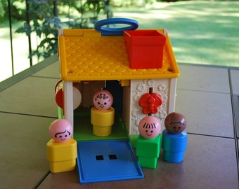 Vintage 1984 Fisher Price Discovery Cottage #136 with Four Chunky Little People