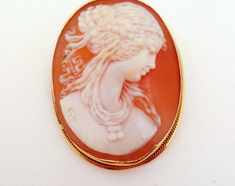 Vintage Beautiful Carved Shell Cameo in 18KT Yellow Gold Pendent/Brooch