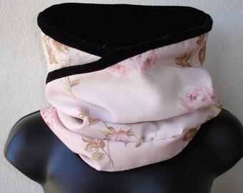 Snood réversible en velours synthétique noir et tissu fleuri sur fond rose