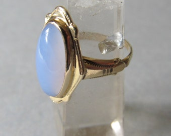 Vintage Chalcedony and 10 K Yellow Gold Ring - size 6