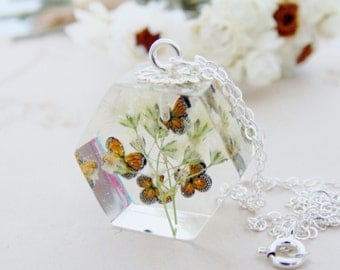 Butterfly Necklace, Baby's Breath with Butterfly, Resin Flower Necklace, Eco Resin, Jewelry Gift, Gift for Her