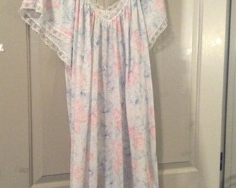Soft nightgown short sleeve size 26+ size Vtg miss Dira/floral with white lace,just  pass-knee length/polyester