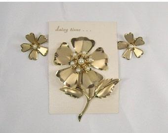 ON SALE Vintage Flower Brooch Earrings Set Gold Tone Metal Faux Pearl Daisy Time
