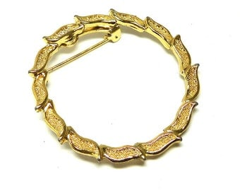 GERRYS Circle Brooch Pin Gold tone Leaves  Vintage 60s Fashion Classic Bride Mother