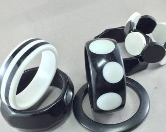 7 vintage Bangle Bracelets. Black and White.  plastic, costume bracelet No.001552