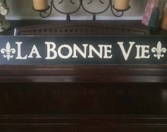 LA BONNE VIE The Good Life in French Cottage Chic Sign Plaque Wall Art Hp with Fleur de lis Detail