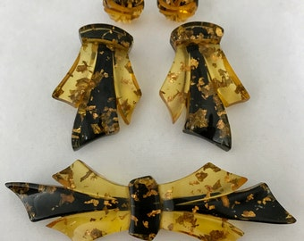 Stardust BAKELITE Brooch PIN Dress Clips & EARRING Set Apple Juice Reverse Carved Black Paint