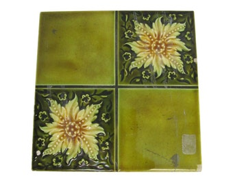 Green four fold floral tile