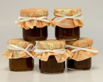 Five mini mason jar apple butter wedding favors dressed and filled, perfect for a vintage Southern wedding!