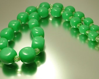 Antique Art Deco 1920s 1930s green glass costume bead necklace jewellery, vintage jewellery
