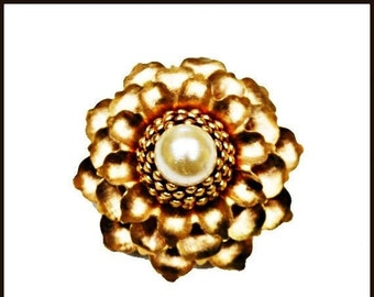 flower brooch with pearl cabochon and gold tone metal