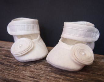Baby girl felt shoes, Baby flower shoes, baby girl gift, Baby handmade shoes, Christening shoes