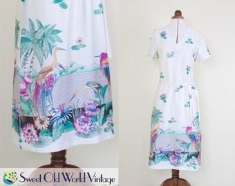 Vintage 70s Novelty Print Dress    White Pond Landscape    1970s    Border Print    V Neck    Short Sleeves    Small-Medium, Size 8-10
