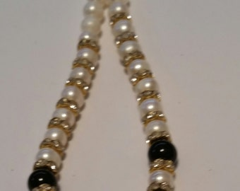 Pearl and black beads necklace