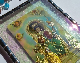 Santo Nino de Atocha plaque with a quartz and golden sand hanger under iridescent water glass