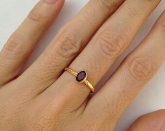 Stunning GARNET sackable ring in gold