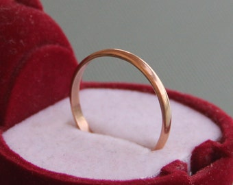 Rounded-edged 9 ct solid gold wedding band