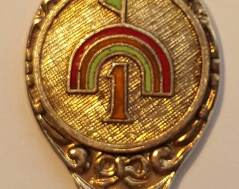 Souvenir golf tea spoon with rainbow and number one flag green and red goldtone enamel design